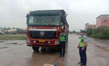 一輛貨車涉嫌超載被宿遷交警當場查獲,超載率為113%