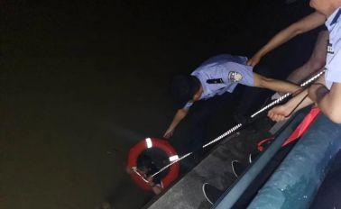 泗陽一女子落水,民警及時將其救上岸