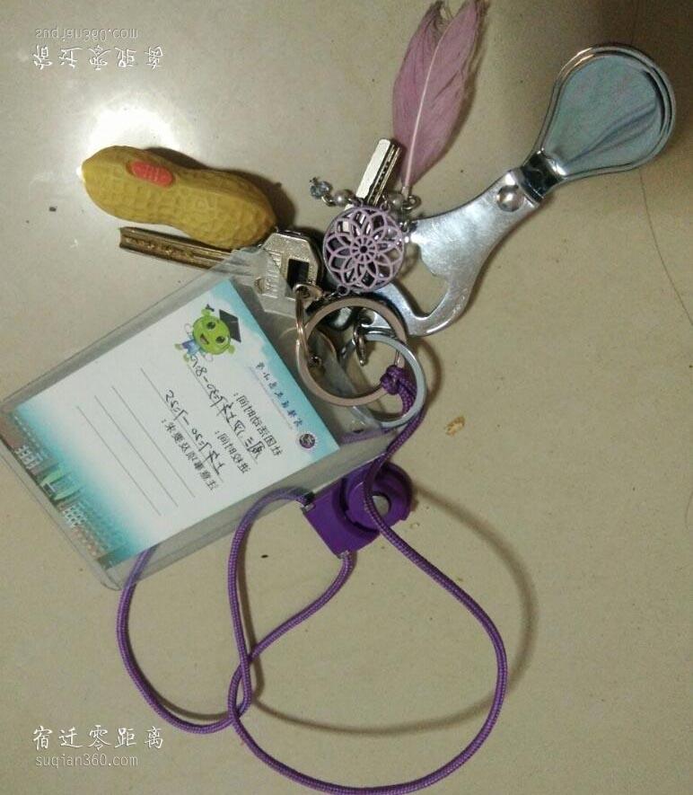 放学路上捡到的钥匙,还有进校卡,万能的网友们看看是谁家孩子的