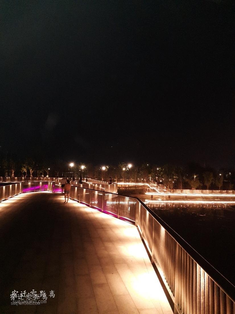夜間的虞姬公園一角,很美