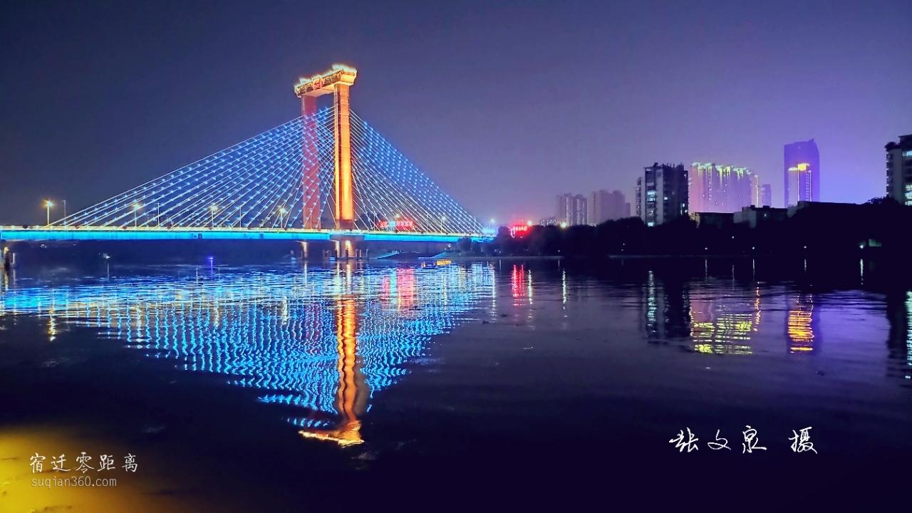 夜色撩人,bob游戏平台运河大桥经过翻修亮化后,夜景还是挺漂亮的